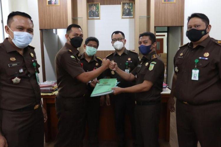 Tim Intelejen menyerahkan hasil penyelidikan kasus dugaan korupsi Masker medis kepada tim pidana Kejati Banten untuk ditindaklanjuti