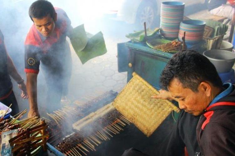 Sate Maranggi Sari Asih yang beroprasi 24 jam, masih menggunakan cara tradisional untuk memasaknya. Tepatnya berada di Jalan Raya Pacet, Cipendawa, Kabupaten Cianjur.
