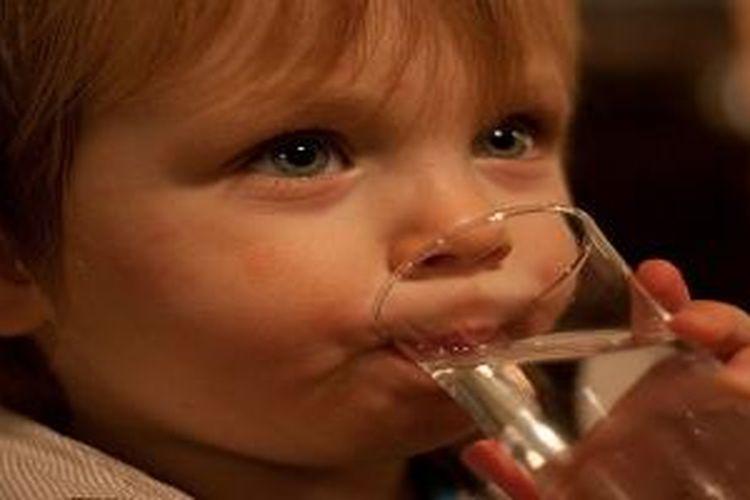 Biasakan konsumsi minum air putih agar anak tidak mengalami obesitas