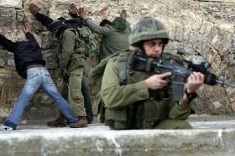 Warga Palestina digeledah tentara Israel tahun 2006 di Hebron, Tepi Barat.