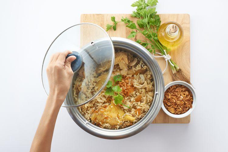 Ilustrasi masak nasi uduk dan nasi goreng pakai rice cooker.