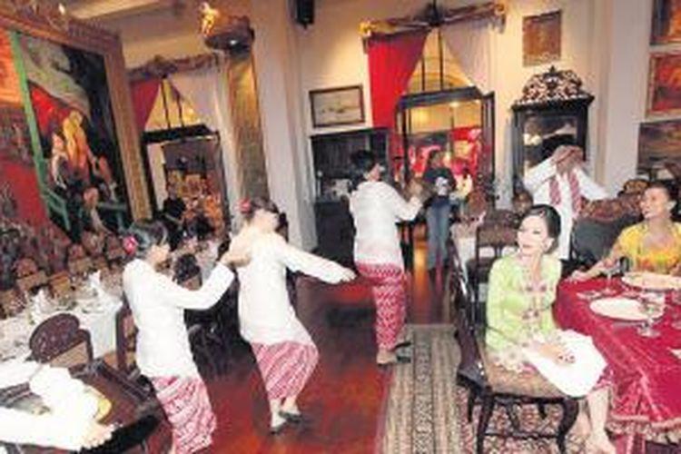 Sejumlah selebritas menikmati makanan yang disajikan  dengan cara rijsttafel di Kunstkring Paleis, Menteng, Jakarta Pusat, Selasa (4/6/2013).