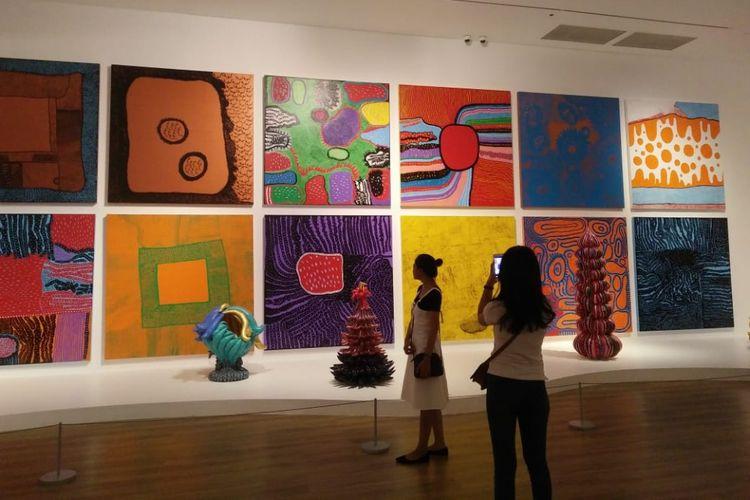 Pengunjung sedang berfoto ria di salah satu karya Yayoi Kusama di Museum MACAN, Jakarta