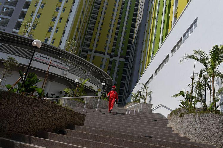 Seorang pekerja beraktivitas di Rusun Pasar Rumput Jakarta, Kamis (18/7/2019). Pembangunan Rusun Pasar Rumput tersebut telah mencapai 98 persen dan siap diresmikan, sebagai salah satu cara mengatasi masalah perumahan di Ibu Kota.