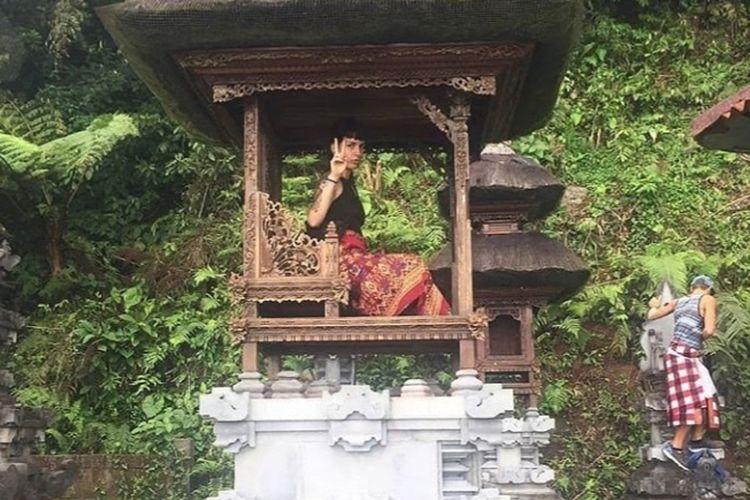 Foto dua bule yang viral lecehkan tempat suci di Bali