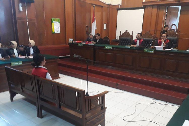 Artis VA dalam sidang perkara kesusilaan di Pengadilan Negeri Surabaya, Rabu (24/4/2019)