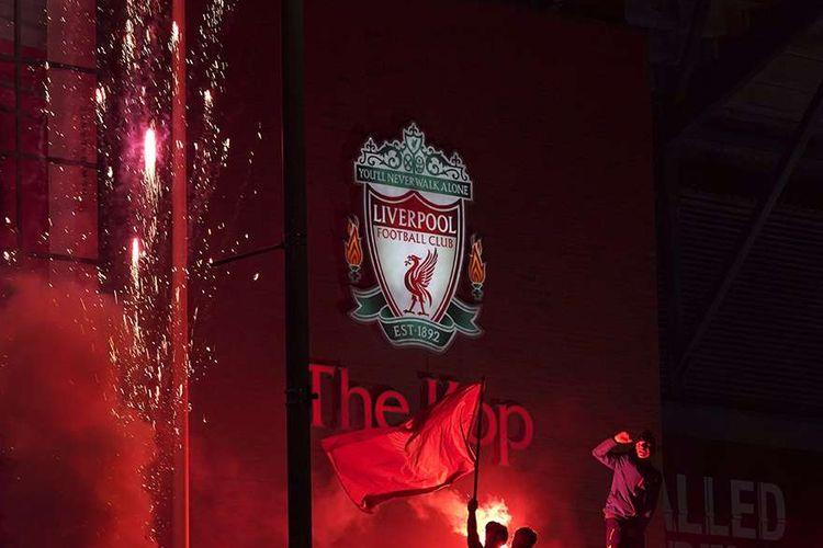 Beberapa fans merayakan keberhasilan Liverpool menjadi juara Premier League, kasta teratas Liga Inggris, musim 2019-2020 di depan Stadion Anfield, Liverpool, Inggris, Kamis (25/6/2020). Liverpool dipastikan menjuarai Liga Inggris 2019-2020 seusai kekalahan Manchester City dari Chelsea yang membuat mereka tak bisa mengejar 86 poin yang dimiliki The Reds, julukan Liverpool.