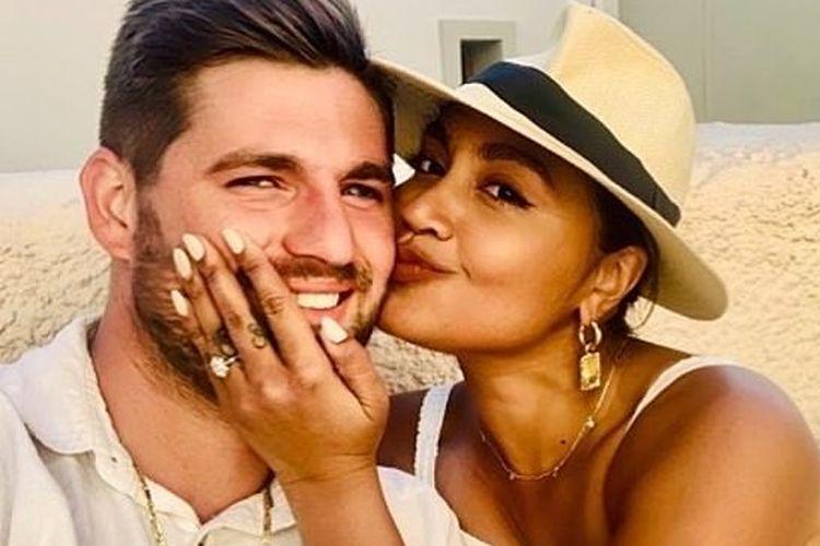 Jessica Mauboy akhirnya mengumumkan pertunangannya dengan kekasihnya, Themeli Magripilis, Rabu (16/10/2019) lalu.