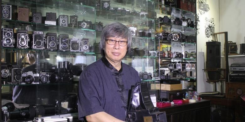 Udaya Halim, pendiri Museum Benteng Heritage, di ruangan pribadinya dengan ragam jenis kamera yang dimiliki, Minggu (31/1/2016).