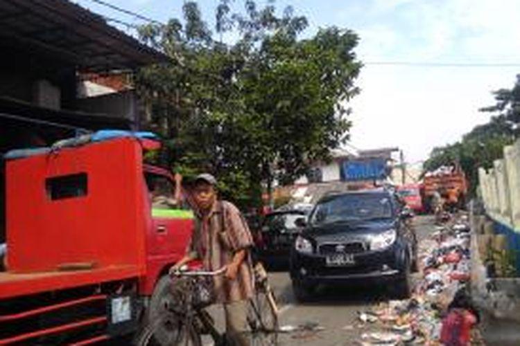 Kemacetan lalu lintas terjadi di Jalan Cipeucang, Lagoa, Koja, Jakarta Utara akibat aktivitas pengangkutan sampah di rumah saringan sampah Lagoa Koja.