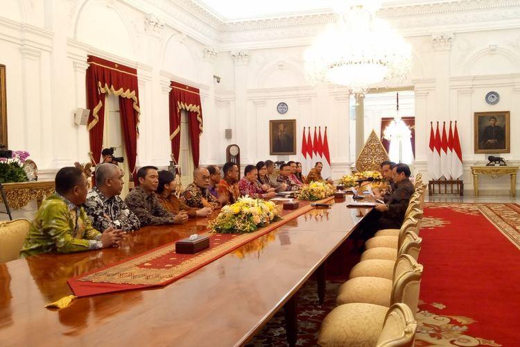 Presiden Jokowi saat menerima pengurus PSSI 2019-2023 di Istana Merdeka, Jakarta, Senin (16/12/2019).