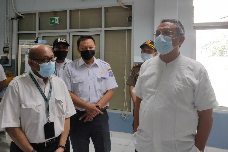 Wakil Wali Kota Tangerang Selatan Benyamin Davnie bersama Kepala Bidang Pelayanan Kesehatan Dinas Kesehatan Tangerang Selatan Imbar Umar Gozali saat mengunjungi Puskemas Pamulang, Rabu (30/12/2020).