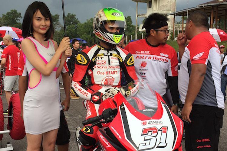 Pebalap Astra Honda Racing Team, Gerry Salim, bersiap melakukan start pada balapan pertama Asia Production 250cc seri pertama Asia Road Racing Championship di Sirkuit Johor, Malaysia, Sabtu (1/4/2017).