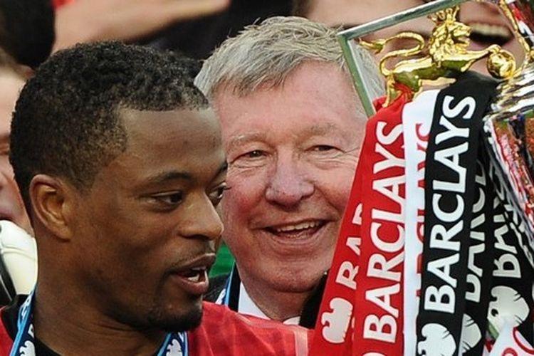 Patrice Evra dan Sir Alex Ferguson merayakan keberhasilan Manchester United meraih gelar Premier League musim 2012-2013 di Stadion Old Trafford, 12 Mei 2013.