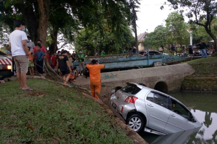 Mobil dengan nomor polisi B 1788 POS menabrak trotoar hingga tercebur kali di kawasan Bintaro Sektor IX, Pondok Aren, Tangerang Selatan, Sabtu (19/12/2020).