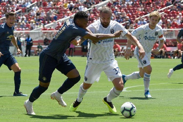 Anthony Martial mencoba melewati pengawalan Guram Kashia saat Manchester United berhadapan dengan San Jose Earthquakes di Stadion Levis, 22 Juli 2018.