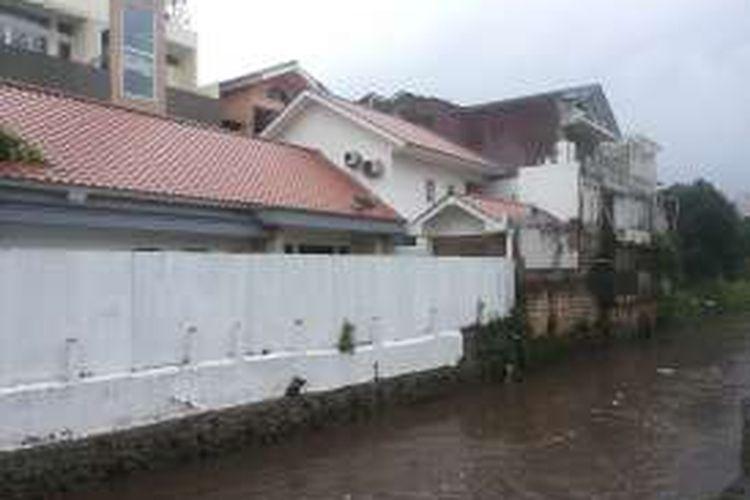 Salah satu bangunan di Kemang yang akan dibongkar karena dianggap melanggar garis sepadan sungai di Kali Krukut.