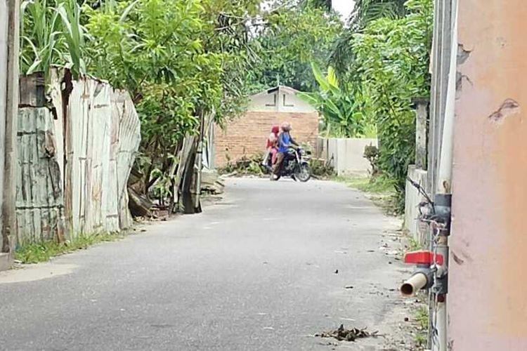 Seorang pengendara sepeda motor yang hendak menuju perumahan terpaksa putar balik karena jalan ditutup dengan tembok batu bata di Kelurahan Penghentian Marpoyan, Kecamatan Marpoyan Damai, Kota Pekanbaru, Riau, Kamis (15/4/2021).