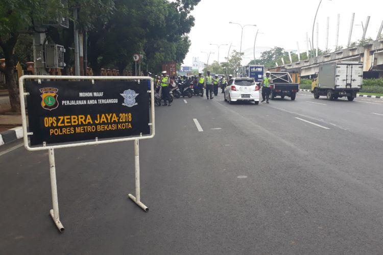 Polres Metro Bekasi Kota Lakukan Operasi Zebra Jaya 2018 di Jalan Jenderal Ahmad Yani, Bekasi Selatan, Kota Bekasi, Kamis (1/11/2018).