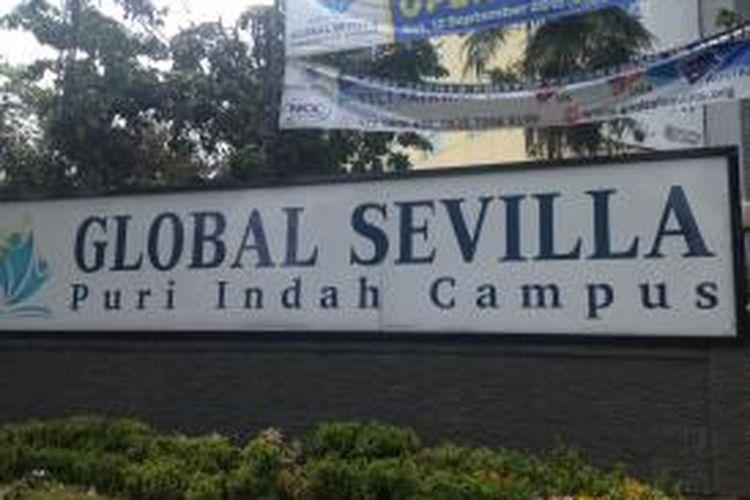Papan nama Global Sevilla School di Kembangan, Jakarta Barat, Jumat (18/9/2015).