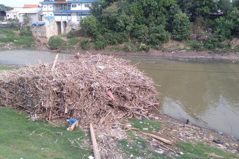 Tumpukan Sampah Kayu dan Bambu di Kali Bekasi Disebut Tak Pernah Dibersihkan