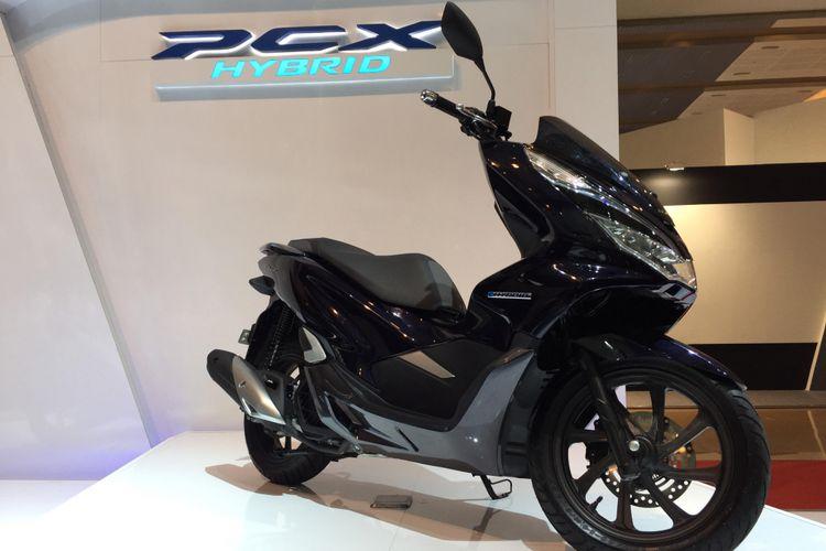 AHM memperkenalkan varian baru, PCX Hybrid di IIMS 2018.
