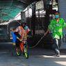 Paksa Simpanse Naik Sepeda dan Sempotkan Disinfektan, Kebun Binatang Thailand Dikecam