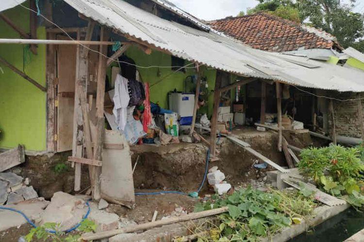 Kondisi rumah warga yang ambles di Desa Kertasmaya, Kabupaten Indramayu, Jawa Barat, Minggu (20/6/2021). ANTARA/Ho BPBD Indramayu