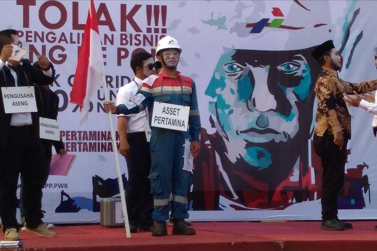 Anggota SPPPWK PT Pertamina (Persero) RU IV Cilacap menggelar aksi teatrikal saat menggelar aksi damai di halaman Head Office Pertamina RU IV Cilacap, Jawa Tengah, Selasa (2/8/2019) sore.