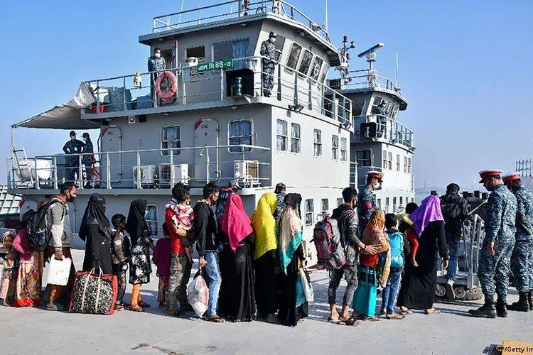 Warga Rohingya asal Myanmar yang mengungsi dengan kapal Bangladesh.
