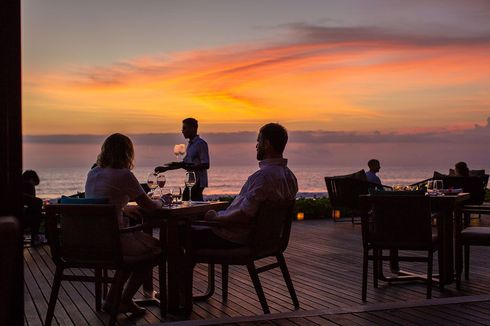 Dinner Romantis di Bali, Makan Malam di 5 Restoran Tepi Laut Kawasan Seminyak