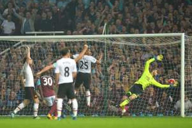 Pemain belakang West Ham United, Michail Antonio (30), mencetak gol ke gawang Manchester United pada partai Premier League di Stadion Boleyn Ground, Selasa (10/5/2016).