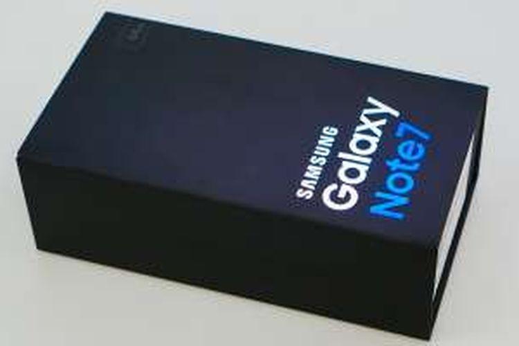 Kotak kemasan Galaxy Note 7 tampil serupa dengan dua saudaranya yang lebih dahulu muncul, Galaxy S7 dan Galaxy S7 Edge. Kemasan ini berbentuk persegi panjang sesuai ukuran ponsel, dengan warna dasar hitam dan deretan huruf emboss mengikap yang menerangkan perangkat di dalamnya.
