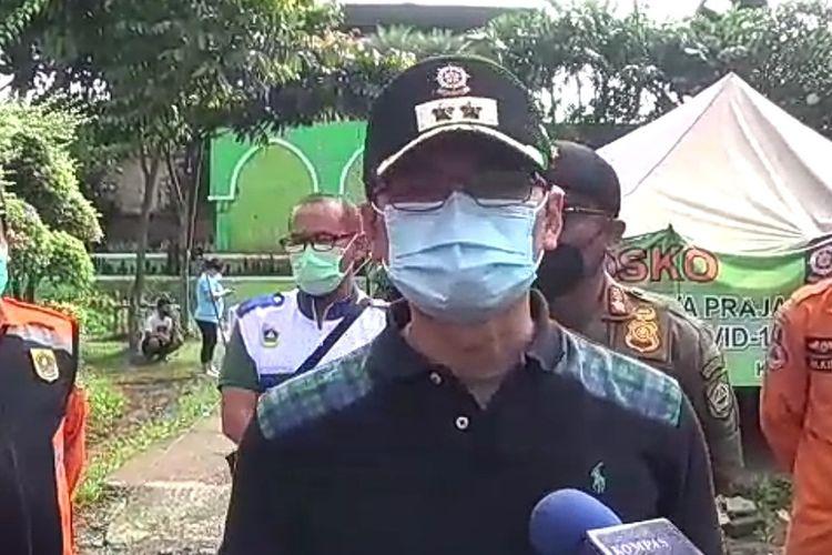 Kepala Satuan Polisi Pamong Praja (Satpol-PP) Kabupaten Bogor Agus Ridho usai menggelar pemeriksaan terhadap wisatawan di Posko Covid-19 Simpang Gadog, Kecamatan Megamendung, Kabupaten Bogor, Jawa Barat, Sabtu (2/1/2021).