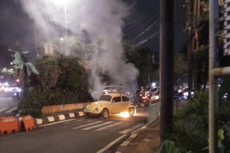 Sebuah mobil Volkswagen (VW) bernomor pelat B 1051 VL terbakar di Jalan TB Simatupang tepatnya di perempatan Jalan Raya Ragunan, Pasar Minggu, Jakarta Selatan pada Rabu (22/9/2021) malam.