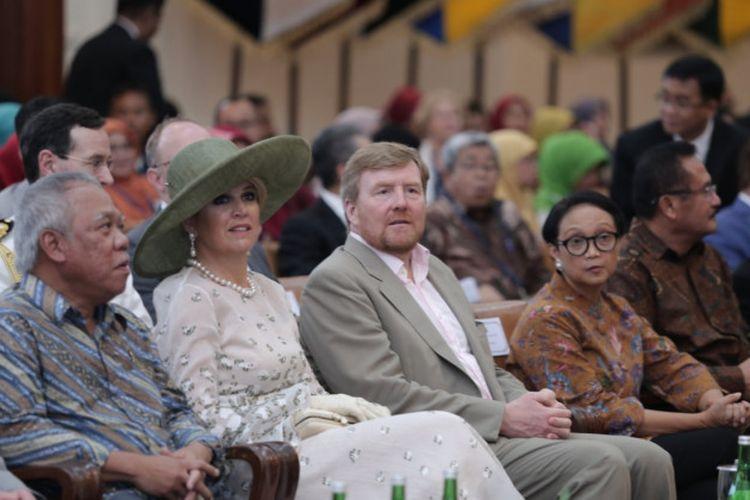 Rektor UGM menerima kunjungan Raja Belanda Willem-Alexander dan Ratu Maxima, Rabu (11/3) di Balai Senat UGM. Keduanya mengunjungi UGM dalam rangkaian kunjungan kerajaan dengan didampingi Menteri Luar Negeri Belanda, Stephanus Abraham Blok, dan Duta Besar Belanda untuk Indonesia, Ambassador Swartbol.