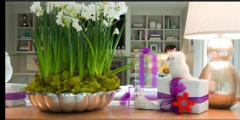 Biarkan bunga-bunga segar tetap menghiasi rumah Anda sepanjang tahun. Jika sudah layu, Anda tentu bisa menggantinya dengan bunga yang baru.
