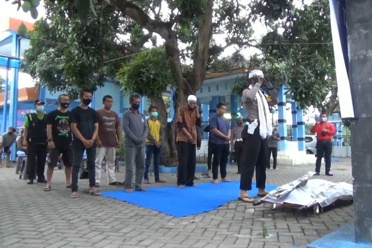 belasan pelanggar lalu lintas yang terjaring razia operasi zebra semeru 2020 di kabupaten Tulungagung Jawa Timur, di sangsi salat Ghoib yang dipimpin langsung oleh kasatlantas Polres Tulungagung di sekitar lokasi razia, Selasa (27/10/2020).