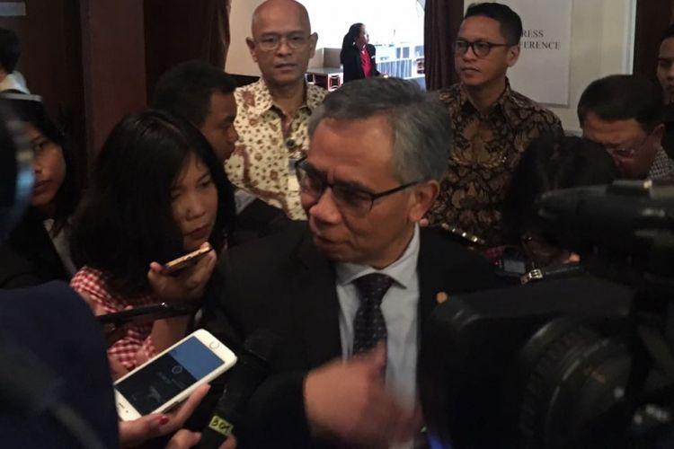 Ketua Dewan Komisioner OJK Wimboh Santoso saay ditemui usai Mandiri Investasi Outlook 2018, di Jakarta, Kamis (25/1/2018)