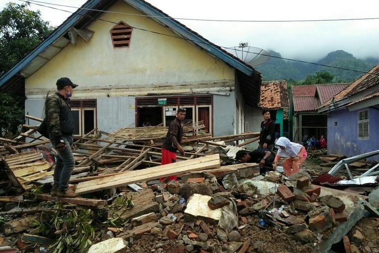 Warga berusaha mencari harta benda yang dapat diselamatkan daro tumpukan runtuhan bangunan di Desa Way Muli Timur Lampung Selatan