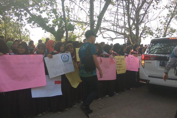 Warga dan pelajar Pangandaran menyambut kedatangan Susi Pudjiastuti di landasan pacu Pamugaran, Sabtu pagi (26/10/2019).