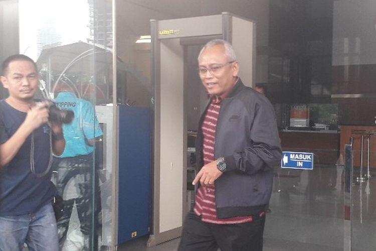 Anggota Komisi II DPR Arif Wibowo meninggalkan Gedug KPK setelah diperiksa terkait kasus korupsi e-KTP, Kamis (4/7/2019).