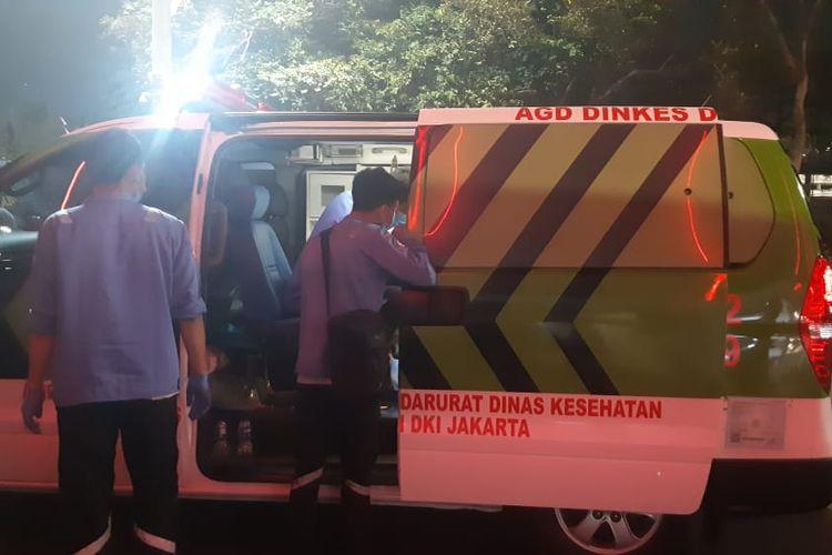 Seorang polisi mendapatkan perawatan akibat terluka saat mengamankan kerusuhan suporter pertandingan sepak bola Indonesia vs Malaysia di kawasan Stadion Utama Gelora Bung Karno (SUGBK) Jakarta Pusat, Kamis (5/9/2019) malam. (KOMPAS.com/BM Wahanaputra Ladjar)