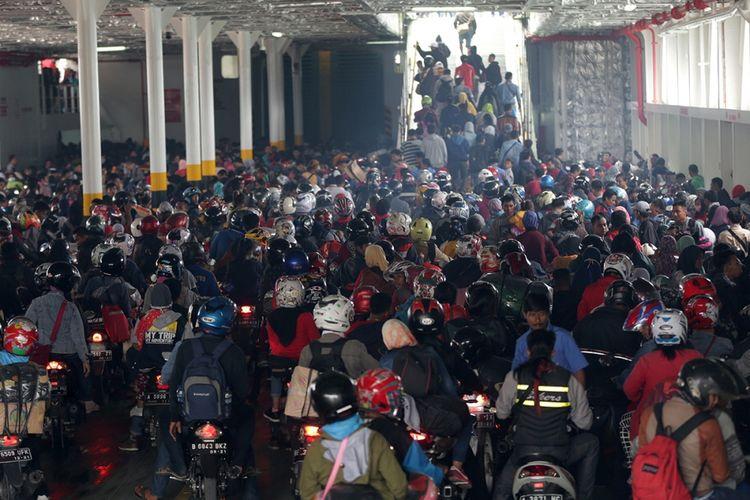 Pemudik antre menunggu masuk ke kapal Ro-Ro saat puncak arus mudik di Pelabuhan Merak, Cilegon, Banten, Jumat (23/6/2017). Pelabuhan Merak menargetkan 1.438.550 orang akan menyeberangi lintasan Merak-Bakauheni selama Lebaran tahun ini.