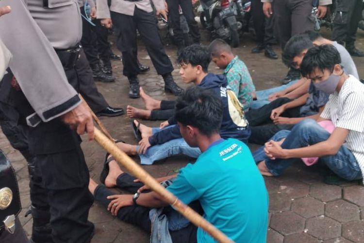 Perusuh saat demo tolak UU Cipta Kerja di Padang ditangkap polisi. Setelah dijemput orangtua, mereka dilepas polisi