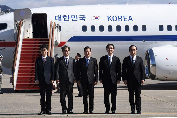 Kepala Keamanan Nasional Chung Eui Yong (tengah), dan Kepala Dinas Rahasia Su Hoon (dua dari kiri) di antara empat delegasi Korea Selatan yang bertolak menuju Korea Utara Senin (5/3/2018). Di Pyongyang, mereka bakal bertemu dengan Pemimpin Korea Utara, Kim Jong Un.