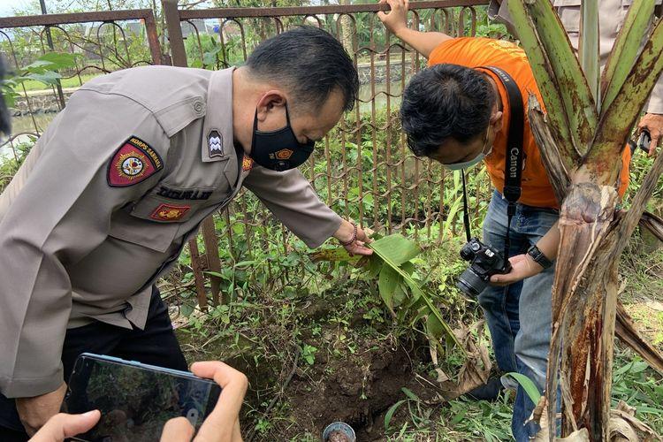 Petugas Polsek Cibeureum dan Tim Inafis Satreskrim Polresta Tasikmalaya, sedang memeriksa temuan 2 granat nanas aktif di belakang rumah warga Kecamatan Cibeureum, Kota Tasikmalaya, Rabu (10/3/2021)