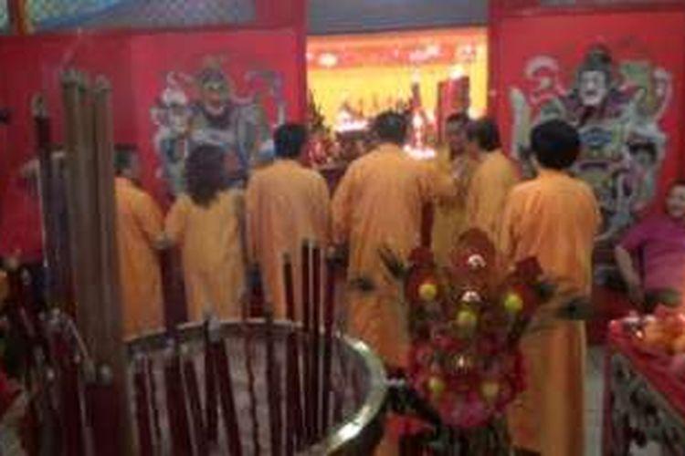 Umat Tri Dharma Kota Magelang menggelat tradisi Tutup Buka Klenteng Liong Hok Bio untuk menyambut Imlek 2567/2016.