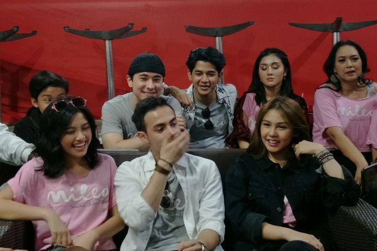 Vanesha Prescilla (kanan) bersama para cast film Milea: Suara Dari Dilan usai temui fans di Miko Mall, Bandung, Kamis (13/2/2020)