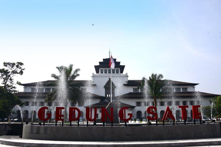 Gedung Sate tentu menjadi tempat bersejarah di Bandung yang sudah tersohor